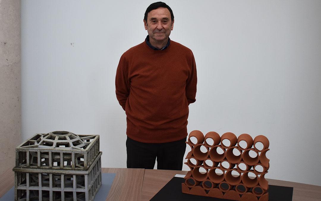 El artista Carlos Izquierdo con dos de sus obras. L.Q.V.