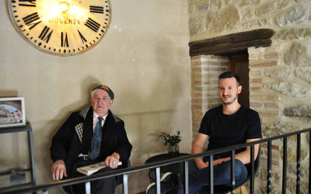 El anticuario fresnedino Ramón Celma con el alcalde Frederic Fontanet junto a una antigua esfera del reloj recien recuperada. J.L.