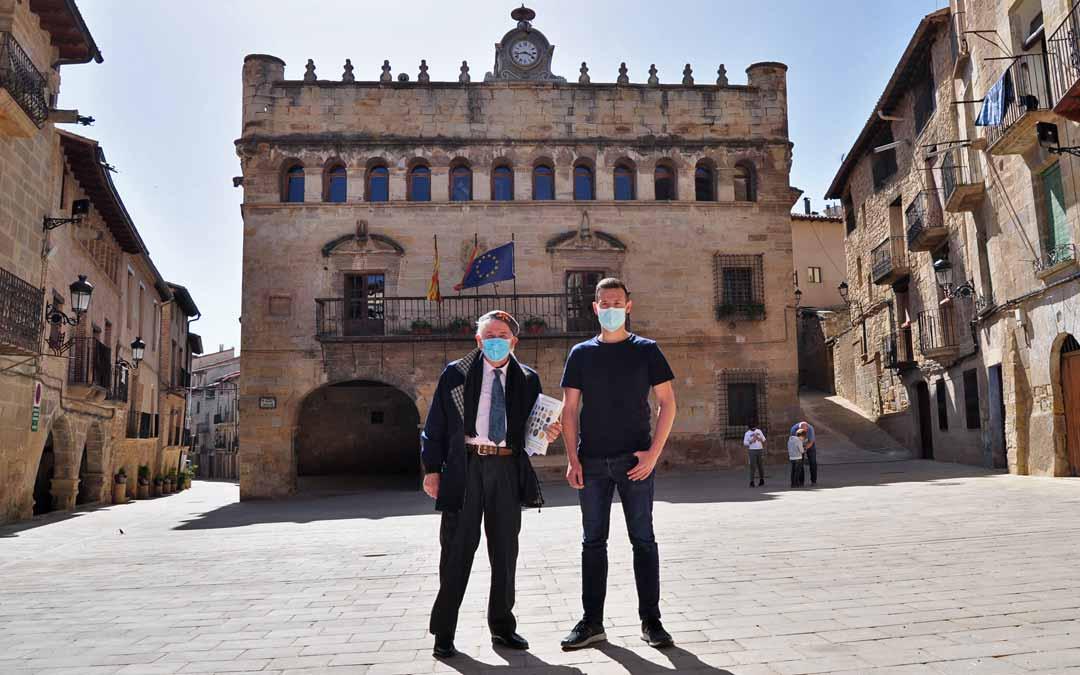 El coleccionista y anticuario Ramón Celma, junto con el alcalde de La Fresneda, Frederic Fontanet.