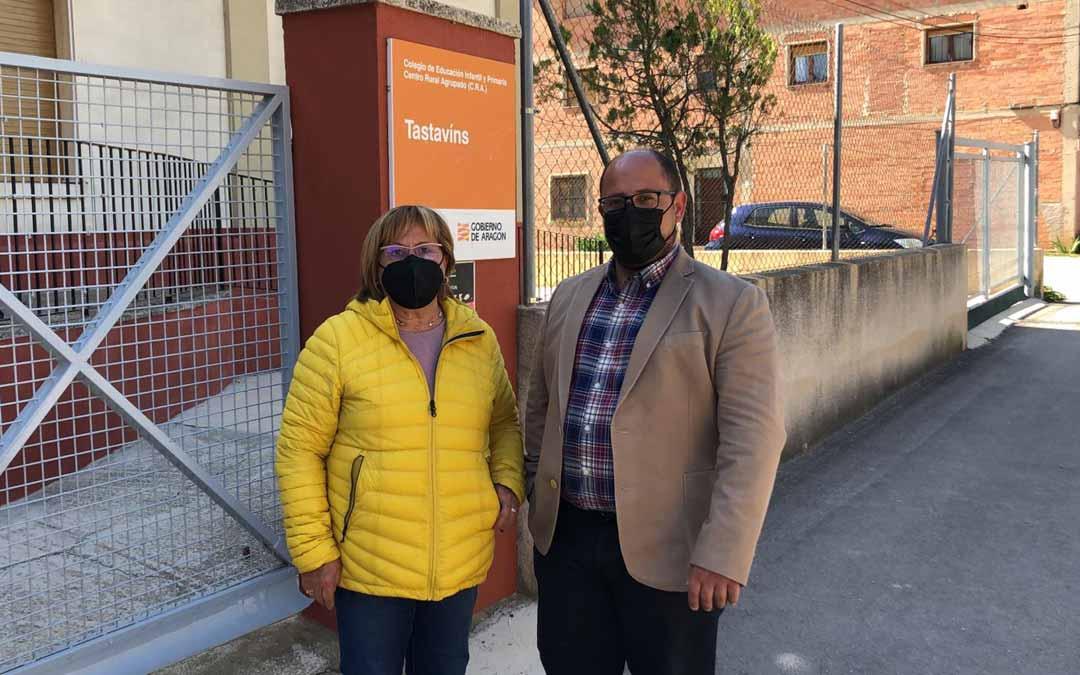 La alcaldesa de Fuentespalda, Carmen Agud, junto con el vicepresidente de la Diputación de Teruel, Alberto Izquierdo, en el Colegio Público. / DPT