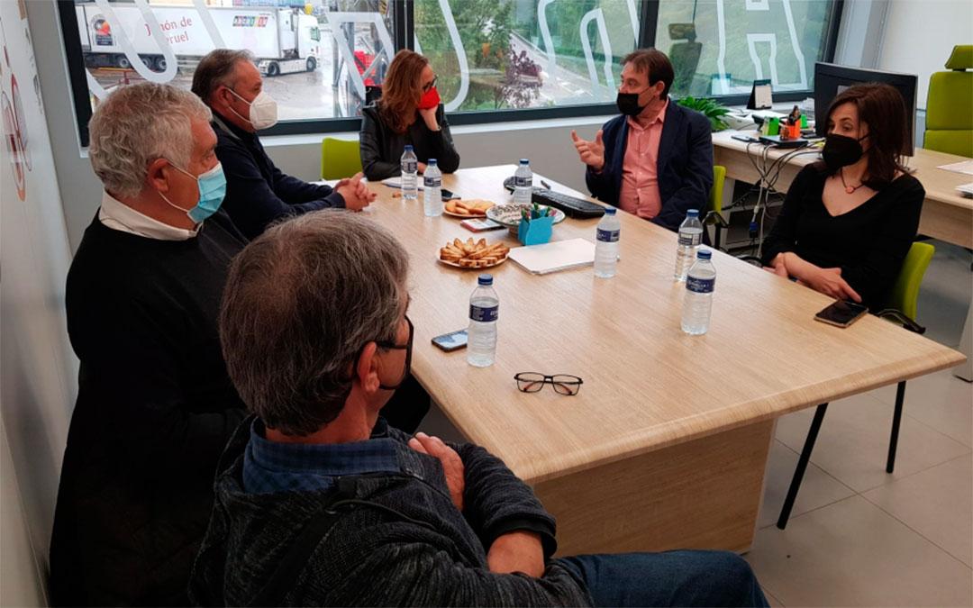 Mayte Pérez se reúne en Valderrobres con los responsables del Grupo Arcoiris./ DGA