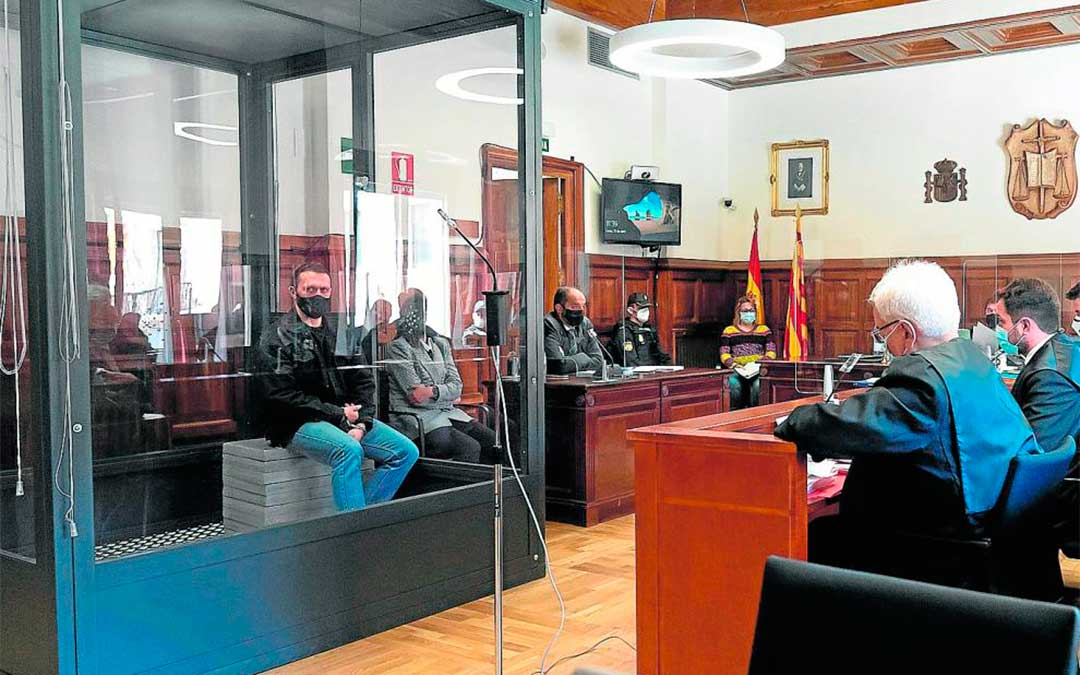 El acusado, en el interior de la cabina blindada, frente a la bancada que ocupan las acusaciones en la Audiencia de Teruel. Efe/Antonio García