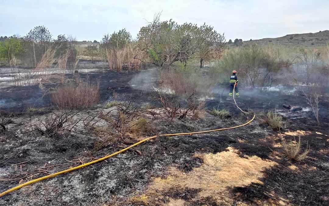 Los bomberos del Parque de Alcañiz sofocaron el viernes 2 de abril un incendio de matorral en Castelserás./ Bomberos DPT