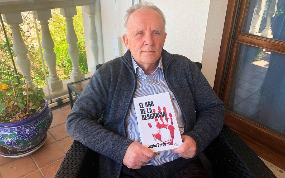 El escritor Javier Pardo, con la portada de su nuevo libro. l.c.