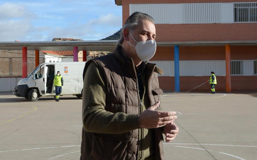 El alcalde de Utrillas, Joaquín Moreno, fotografiado el pasado mes de febrero, cuando la DGA hizo un cribado masivo de la población tras la aparición de un brote./Jorge Escudero HERALDO
