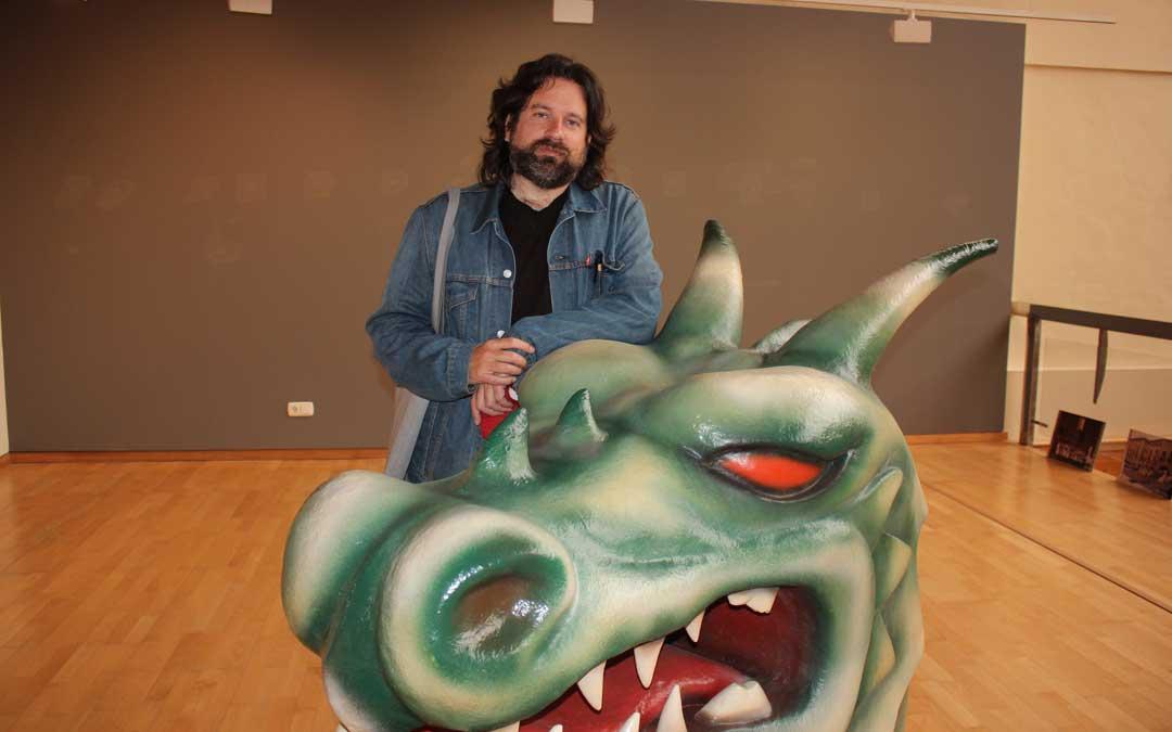 Jorge Abril con el dragón del Vencimiento que se puede ver en la exposición de la sala de muestras del Cuartelillo / L. Castel