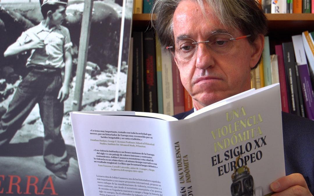El escritor Julián Casanova junto a su nueva obra 'Una violencia indómita. El siglo XX europeo'./ Twitter Julián Casanova