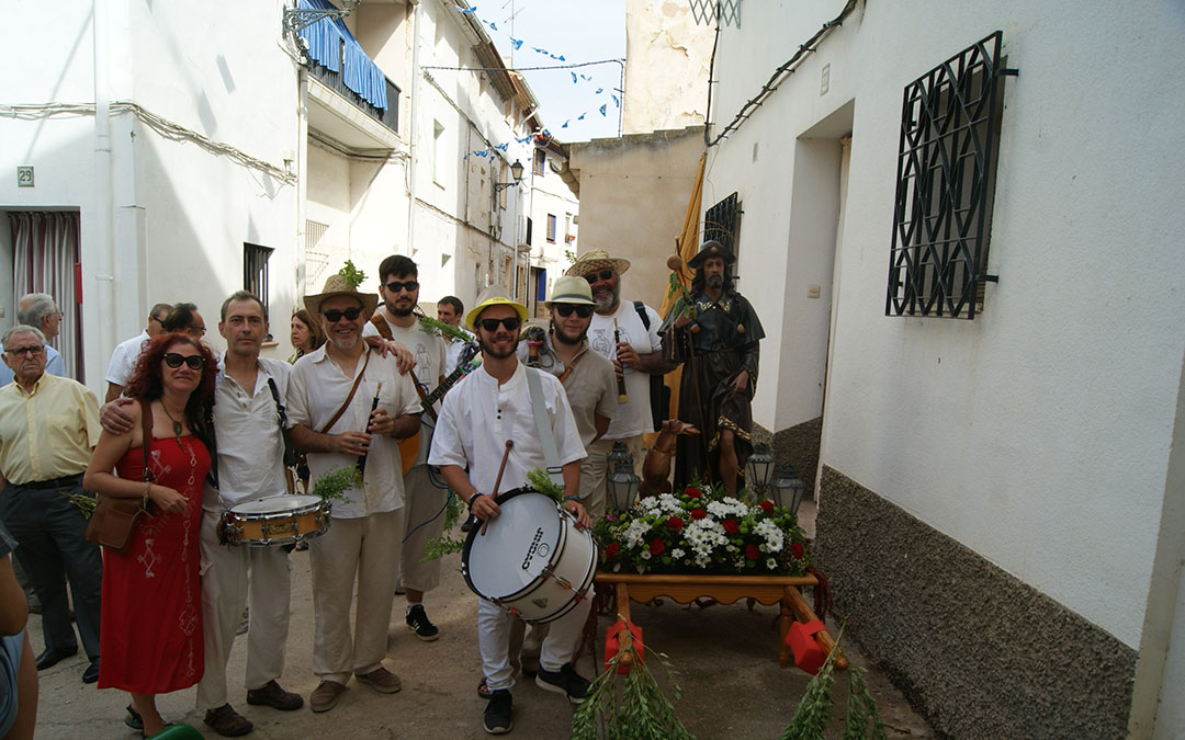 José Manuel, segundo por la izquierda con su tambor, antes de la procesión de San Roque en las fiestas de 2017 con los Dulzaineros Azofra de La Puebla. / B. Severino