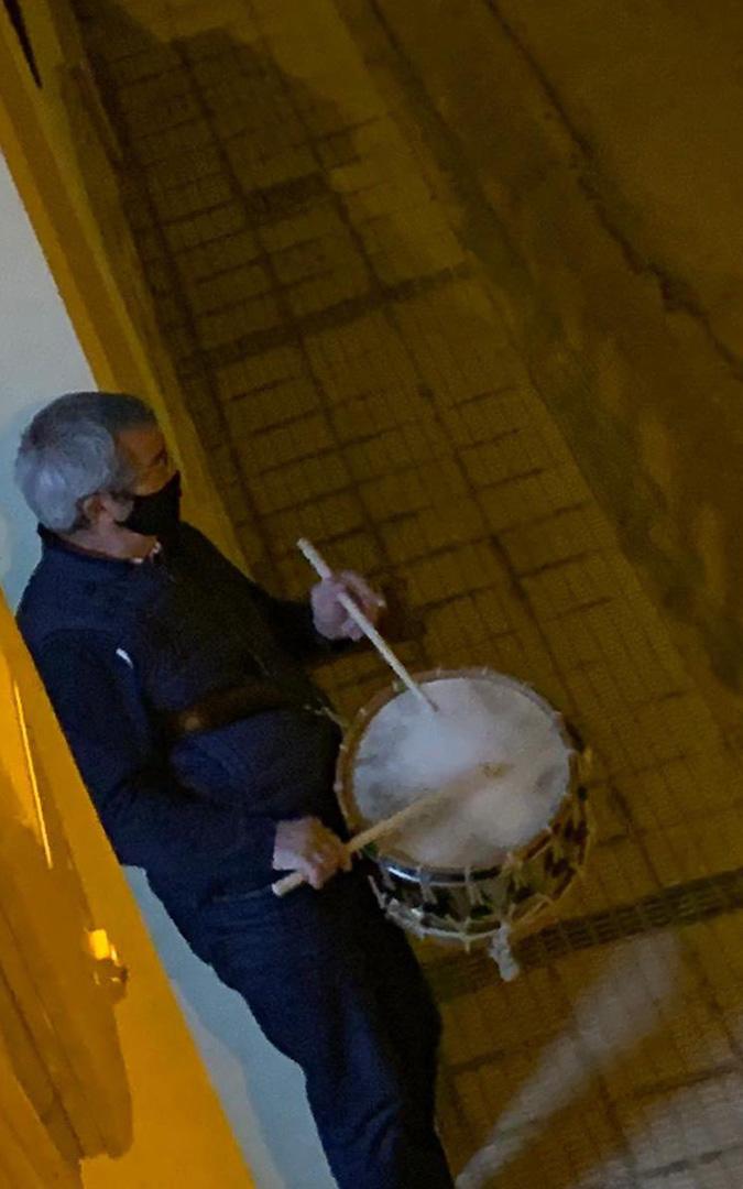 El expresidente de la Ruta, el poblano Segundo Bordonba, rompe la Hora desde la puerta de casa. /. Familia Bordonaba Casamián