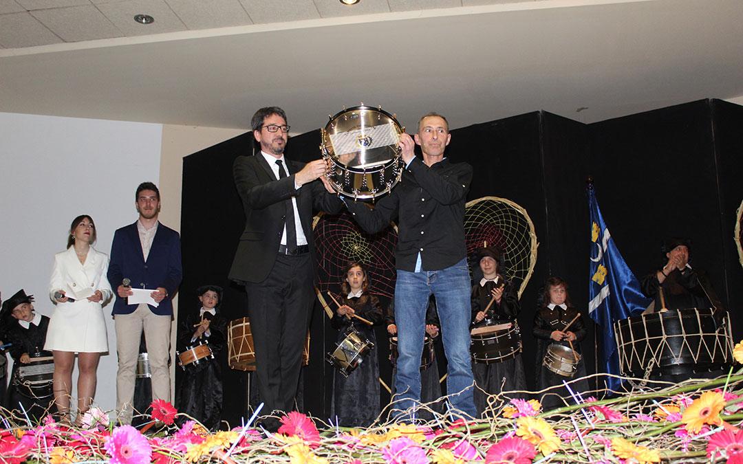 El alcalde, Pedro Bello, entregó el Tambor de Honor a José Manuel Sierra como reconocimiento de su pueblo en Jueves Santo de 2019. / B. Severino