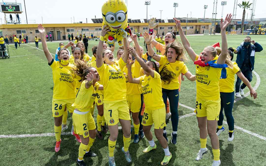 Laura Royo con el número 7 celebrando el ascenso con sus compañeras. Foto: Twitter Villarreal C.F.