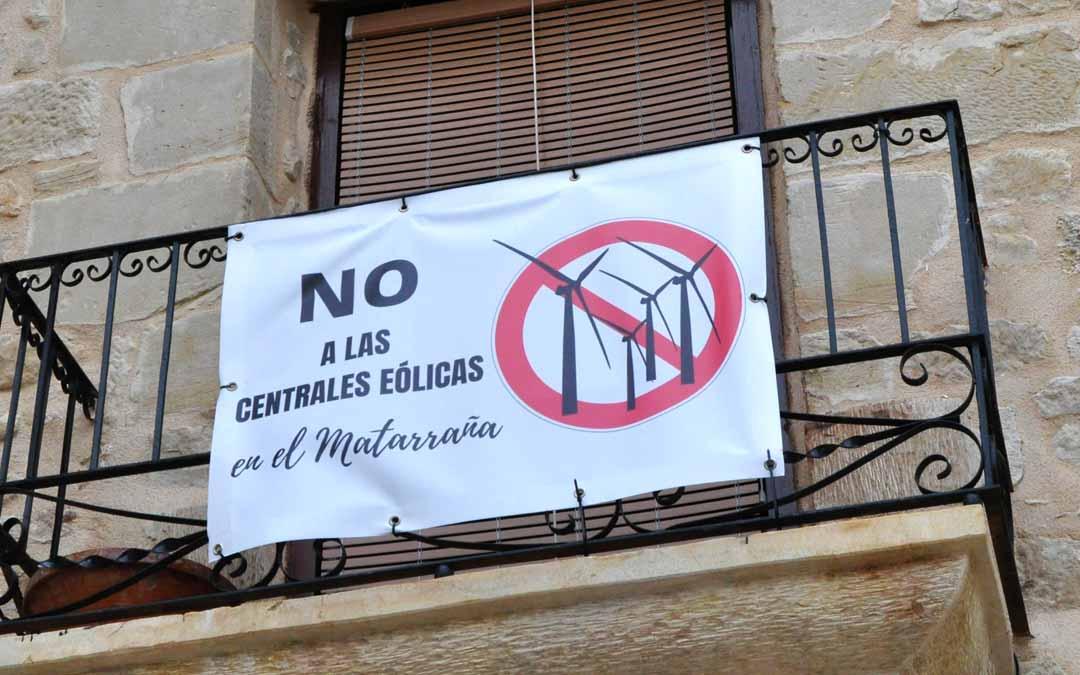 En los últimos días han aparecido pancartas en contra de los parques eólicos en varias localidades del Matarraña. J.L.