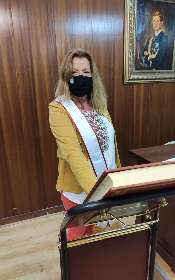 Mercedes Baselga tomando posesión de su cargo de concejala de Andorra ante la Constitución. / Ayto. Andorra