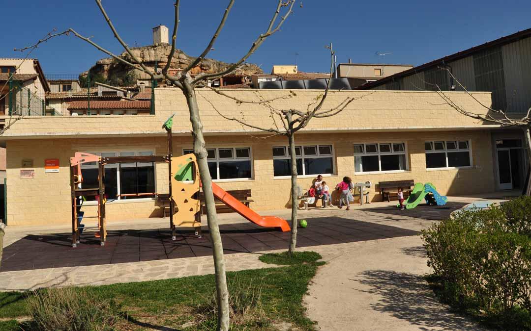 El centro de Educación Infantil de Monroyo pudo, al fin, reabrir ayer sus puertas gracias a contar con 4 alumnos. J.L.