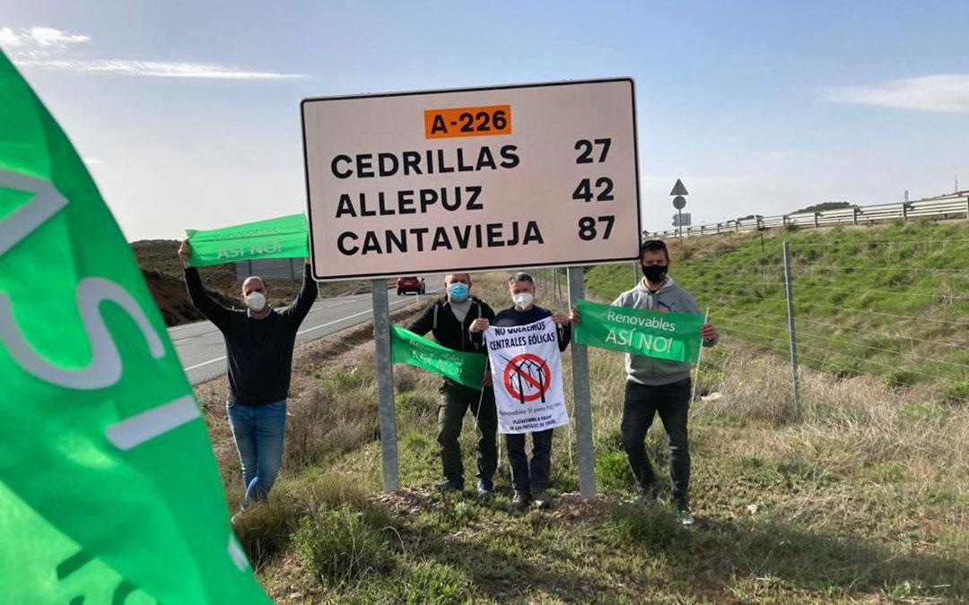 Parada para recoger a más gente de la primera caravana procedente de Alcañiz. / Teruel Existe