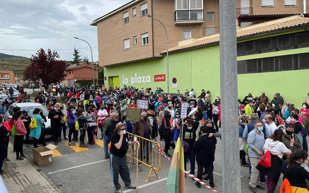 Vecinos de Cuencas Mineras concentrados frente al centro de salud de Utrillas./ MAR