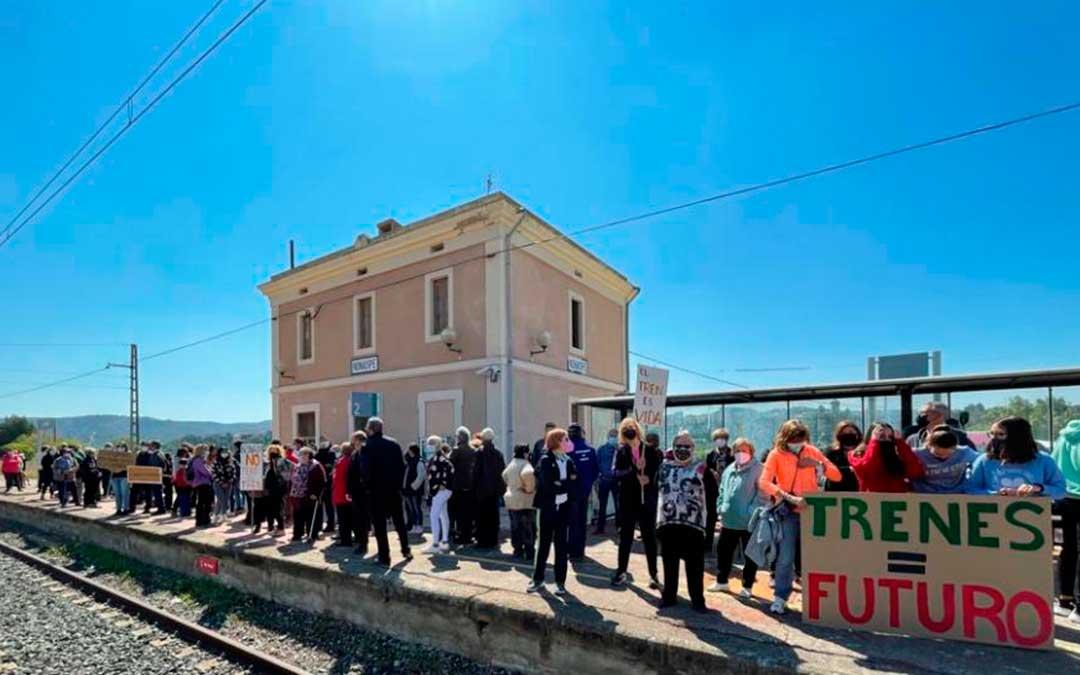 Decenas de personas se han manifestado en la estación de Nonaspe. Heraldo de Aragón.