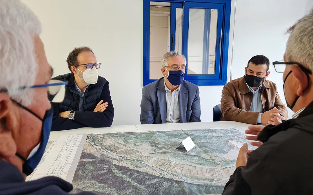El consejero Olona en su visita a Fayón este jueves./ DGA