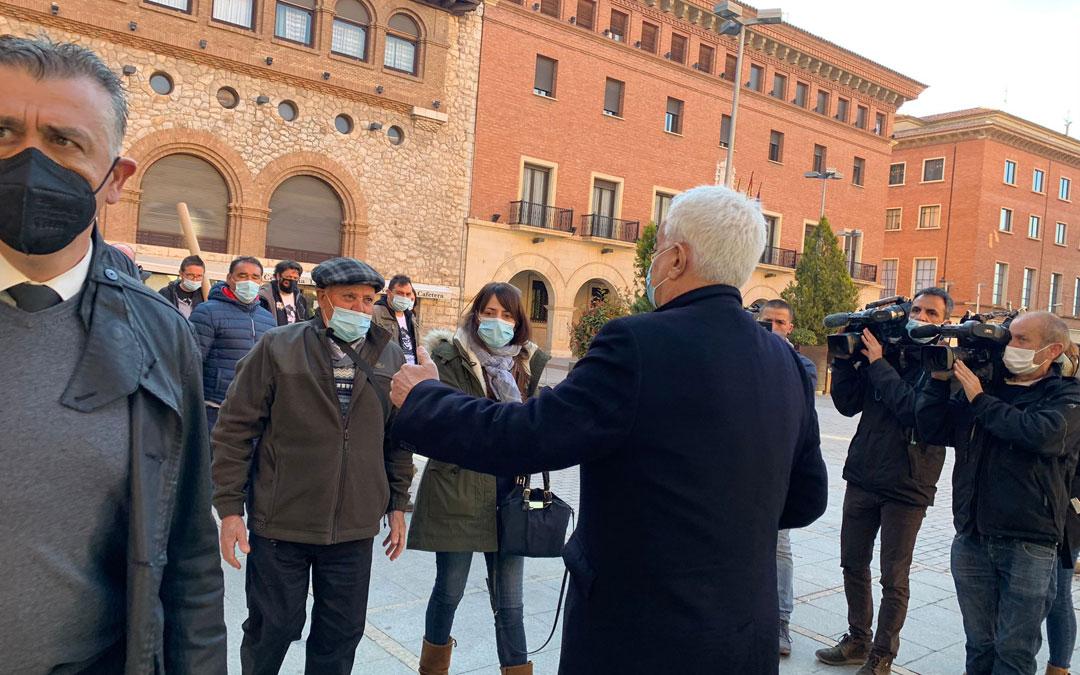 El padre, que ha prestado declaración esta mañana, junto a su hija, saludando a su abogado, Trebolle. Ha estado acompañado por miembros de UAGA y los Amigos de Iranzo / M. Quílez