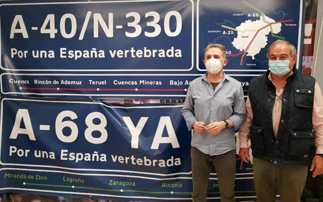 Pascual Giménez -izquierda- y Enrique Marín muestran las pancartas reivindicativas. HA