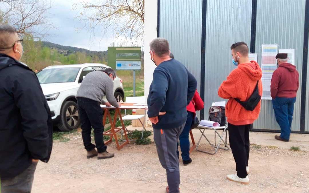 Recogidas de firmas en Mas de las Matas./ Plataforma A favor de los paisajes de Teruel