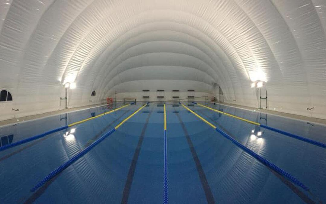 Calanda cerró en 2019 su piscina de verano con una cubierta presostática para utilizarla también en invierno / A.C.