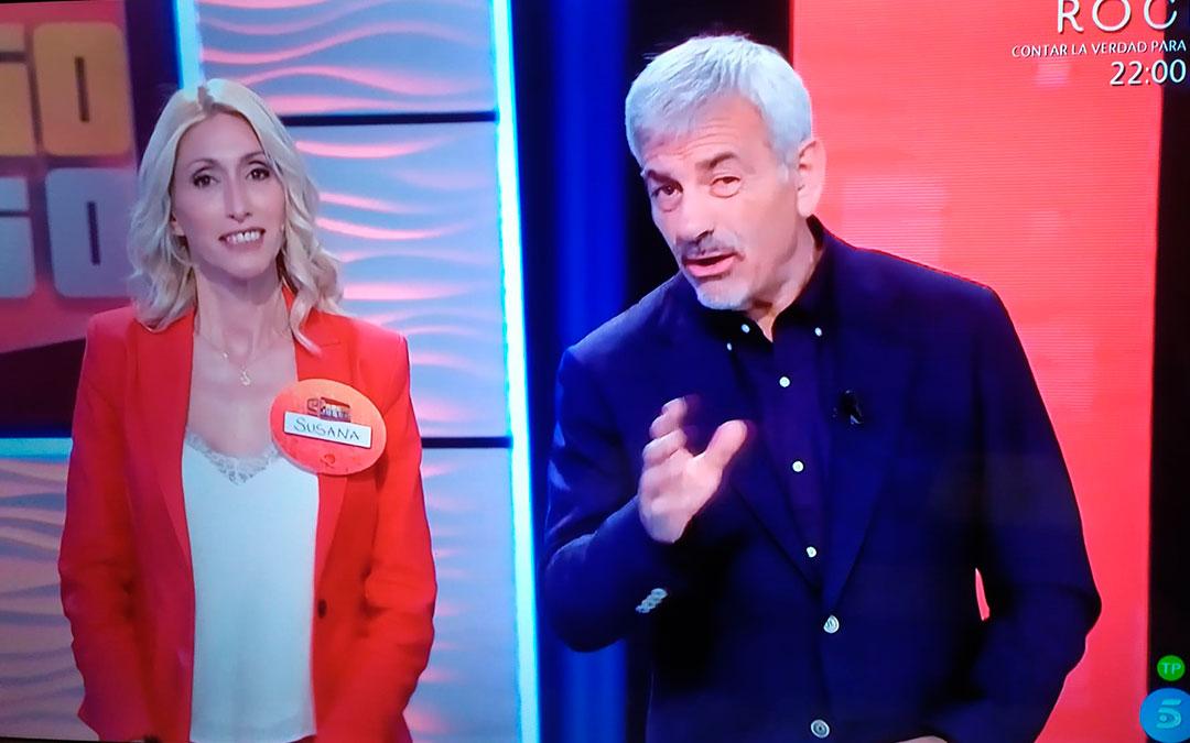 La alcañizana Susana Lara junto al presentador Carlos Sobera en 'El precio justo'./ L.C.