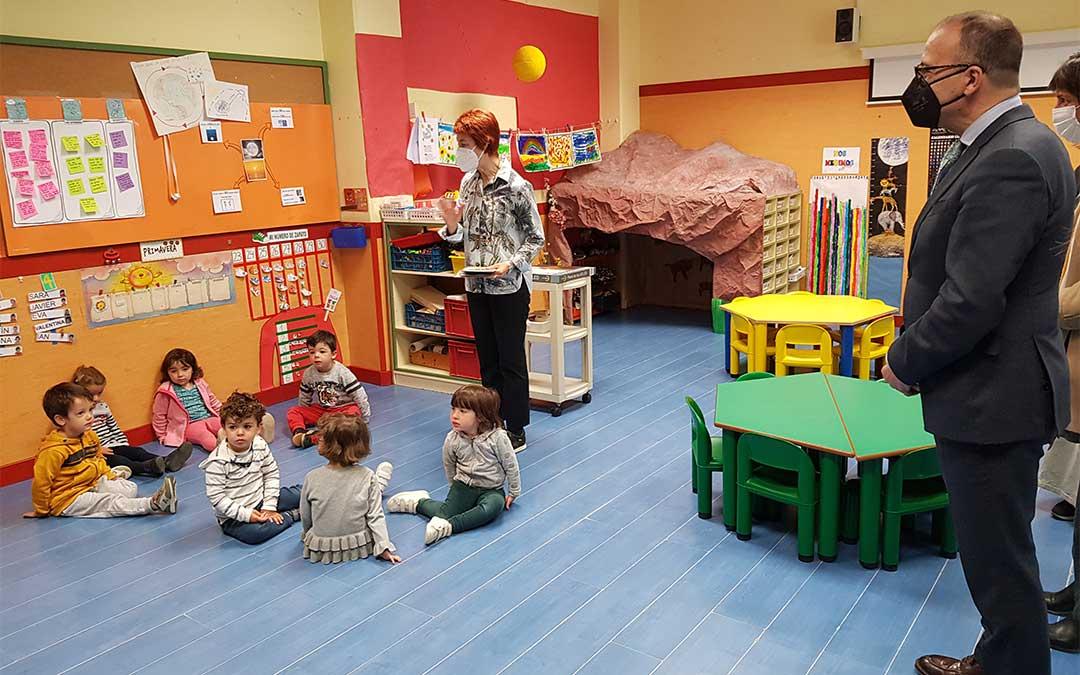 El consejero Felipe Faci ha visitado aulas del CEIP Hilarión Gimeno de Zaragoza en el primer día de Escolarización./ DGA