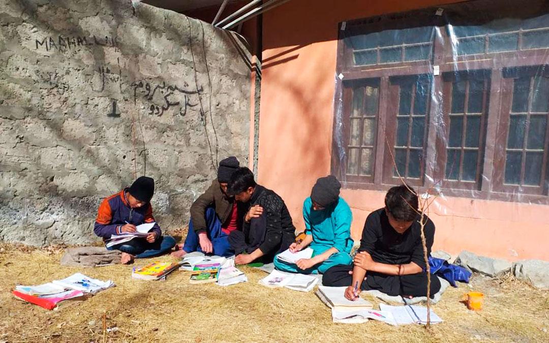 Unos jóvenes alumnos preparando la vuelta a las clases el 5 de marzo de 2021 tras un año parados, en el valle de Hushé. Fundación Sarabastall.