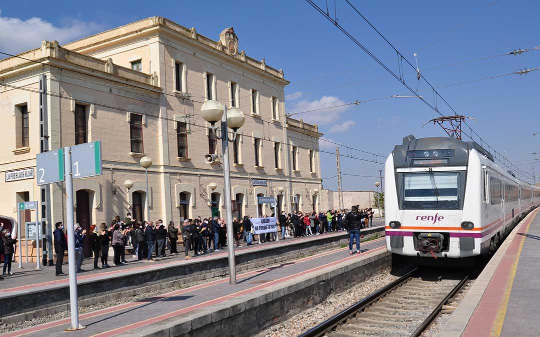 Imagen de una de las concentraciones que han tenido lugar en las últimas semanas en defensa del ferrocarril. El tren regional fue recibido por los vecinos y pasajeros de La Puebla de Híjar y el Bajo Martín junto a la imponente estación. Javier de Luna.