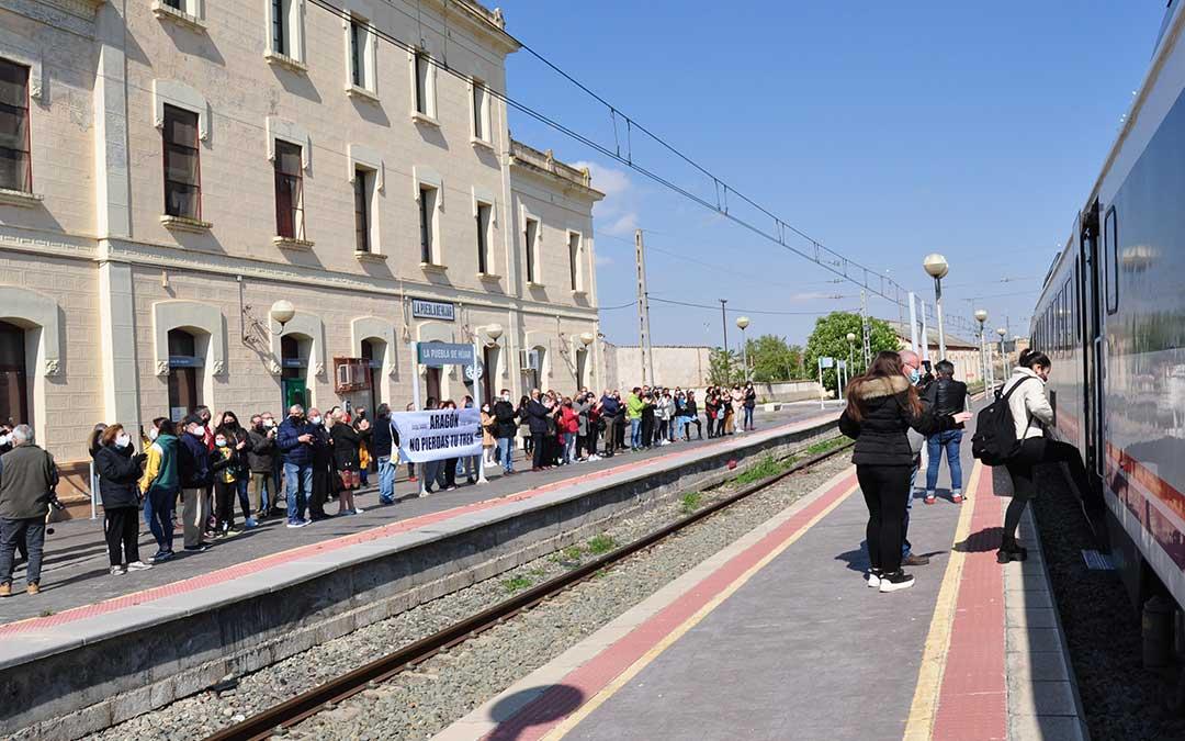 Varios pasajeros de toda la comarcan han utilizado el Catalunya Express procedente de Barcelona y con destino a Zaragoza. Javier de Luna.