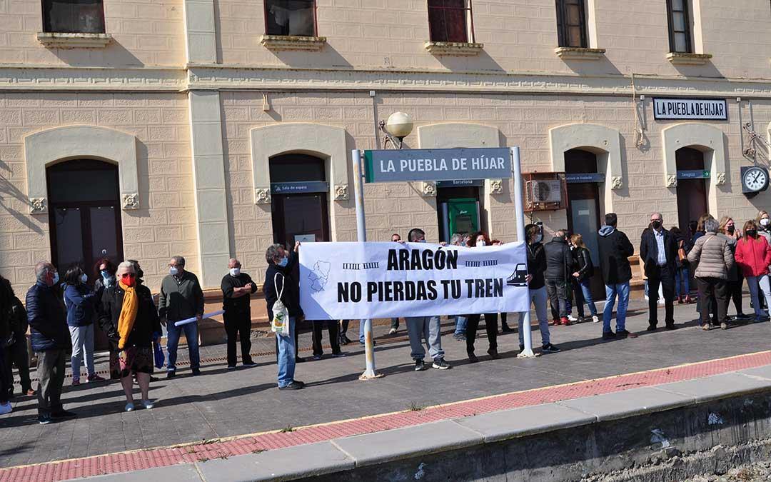 Los poblanos y vecinos de otras localidades del Bajo Martín han puesto de manifiesto su compromiso con el servicio ferroviario. Javier de Luna.