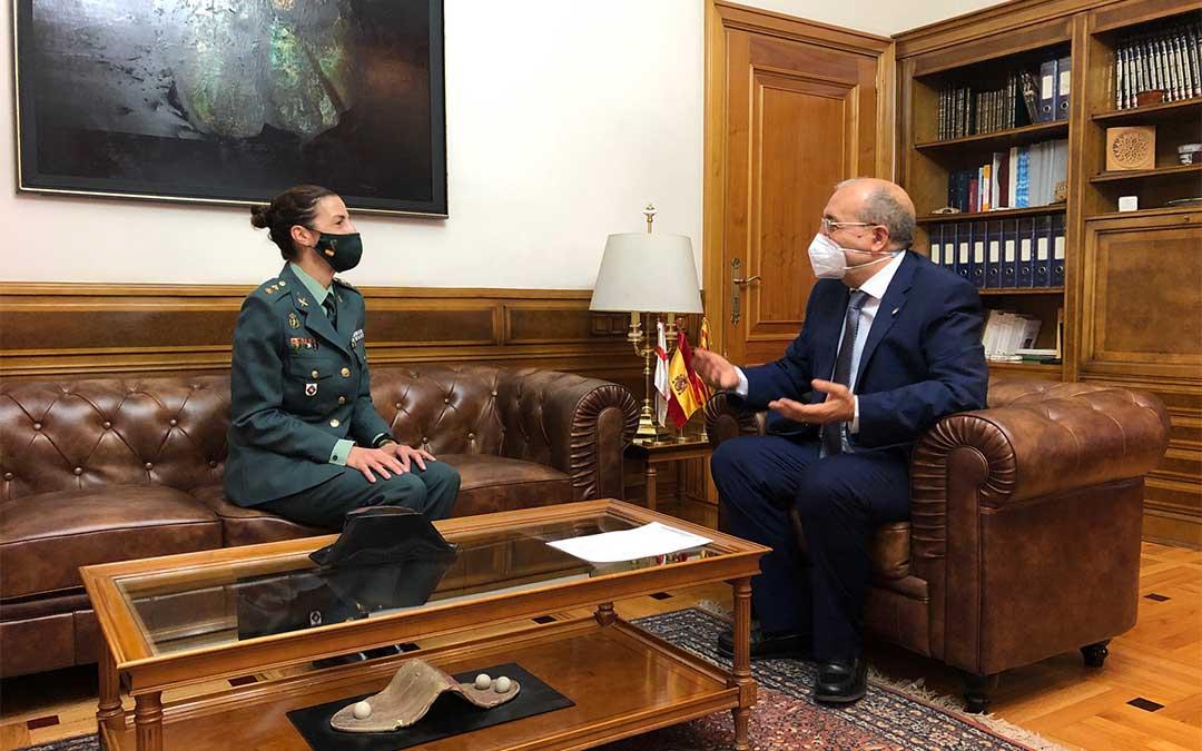 El presidente Rando junto a la nueva Jefa de la Comandancia de la provincia de Teruel./ DPT