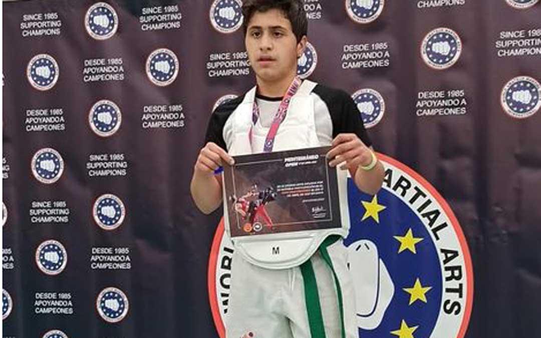 Raúl Gómez mostrando el diploma que le acredita como vencedor. Foto: D. S.