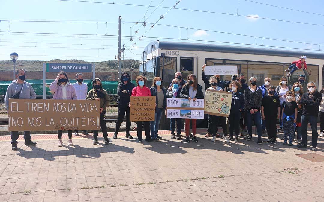 La estación de Samper de Calanda ha sido otro de los lugares en los que los vecinos y pasajeros han recibido al tren. Antonio Zapater.