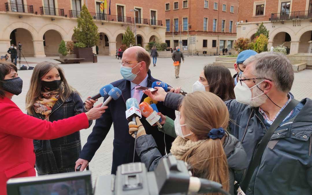 El abogado Mariano Tafalla este lunes atendiendo a los medios antes de entrar a la Audiencia de Teruel / A. Gracia