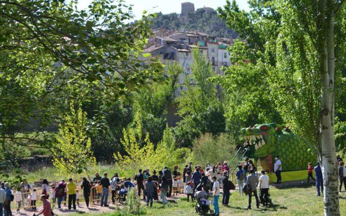 El tragachicos 'engulle' a cientos de niños alcañizanos en el día de San Jorge