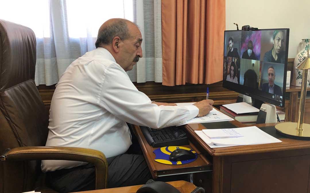 El presidente de la Diputación de Teruel, Manuel Rando, en la reunión de la junta gestora de la UNED / DPT