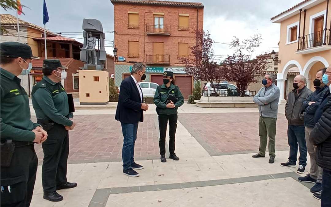 La teniente coronel Silvia Gil junto al alcalde de Utrillas, Joaquín Moreno./ Ayto. Utrillas