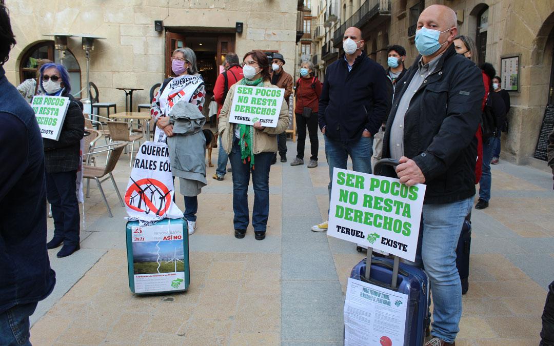 Maletas y carteles de rechazo a la masificación eólica. / B. Severino