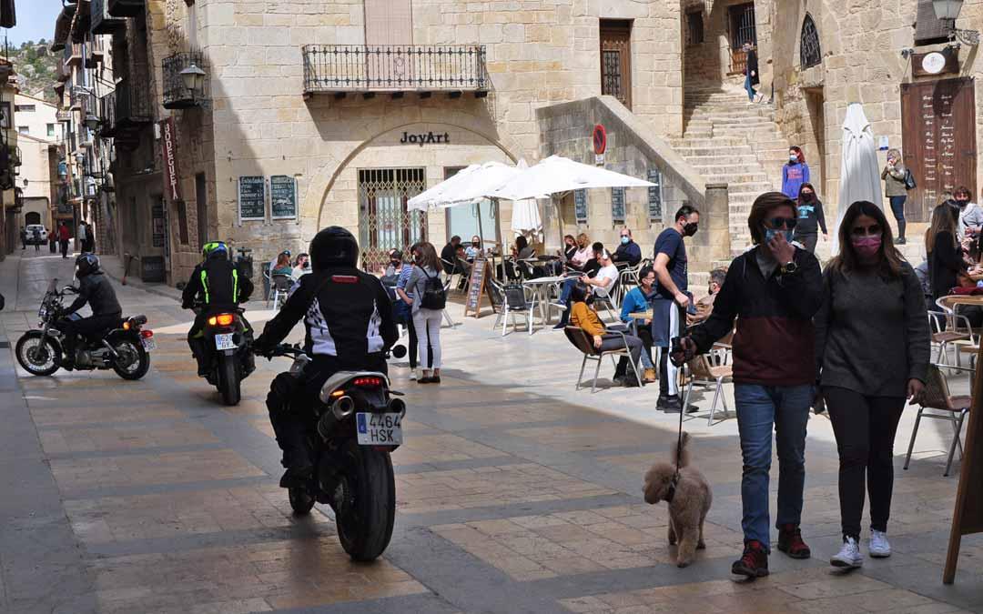 El turismo familiar, las parejas y los grupos de motocicletas han sido muy numerosos durante el Jueves Santo. J.L.