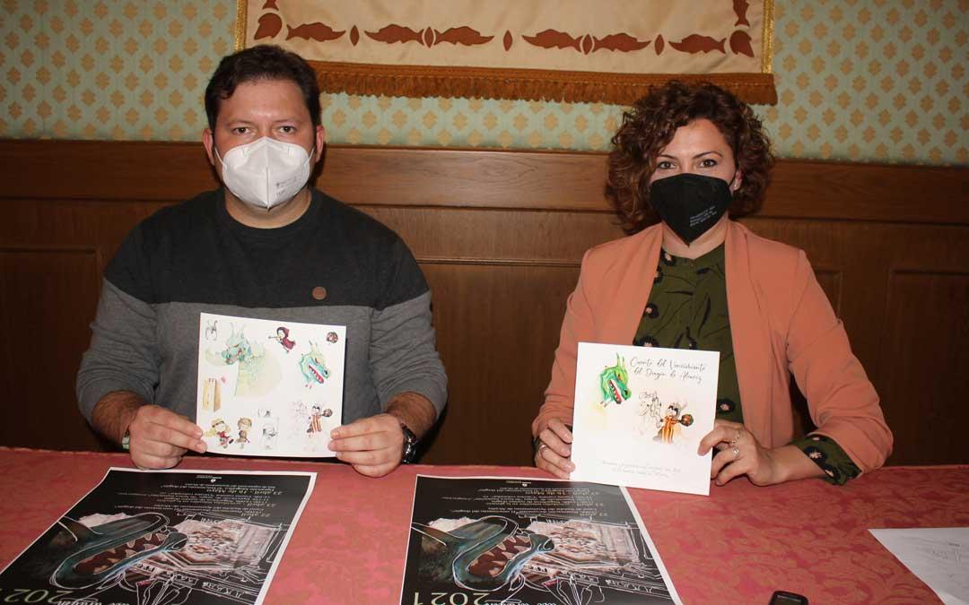 El técnico Tito Lizana y la concejal de Festejos, Irene Quintana, este lunes, con el cómic infantil / L. Castel