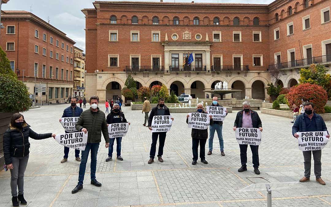 Los alcaldes que componen la Asociación Viento Alto, este sábado en Teruel./ D.L.