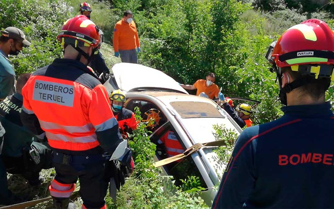Accidente de un turismo en la A-231 en Valderrobres./ Bomberos DPT