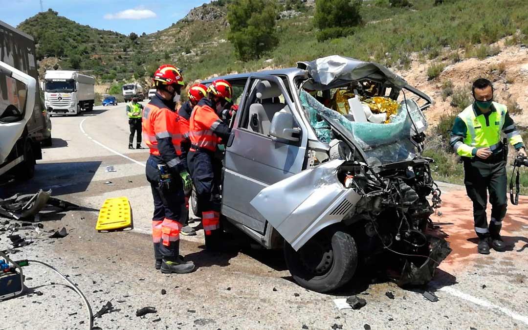 Colisión frontal de una furgoneta y un camión en Mas de las Matas./ Bomberos DPT
