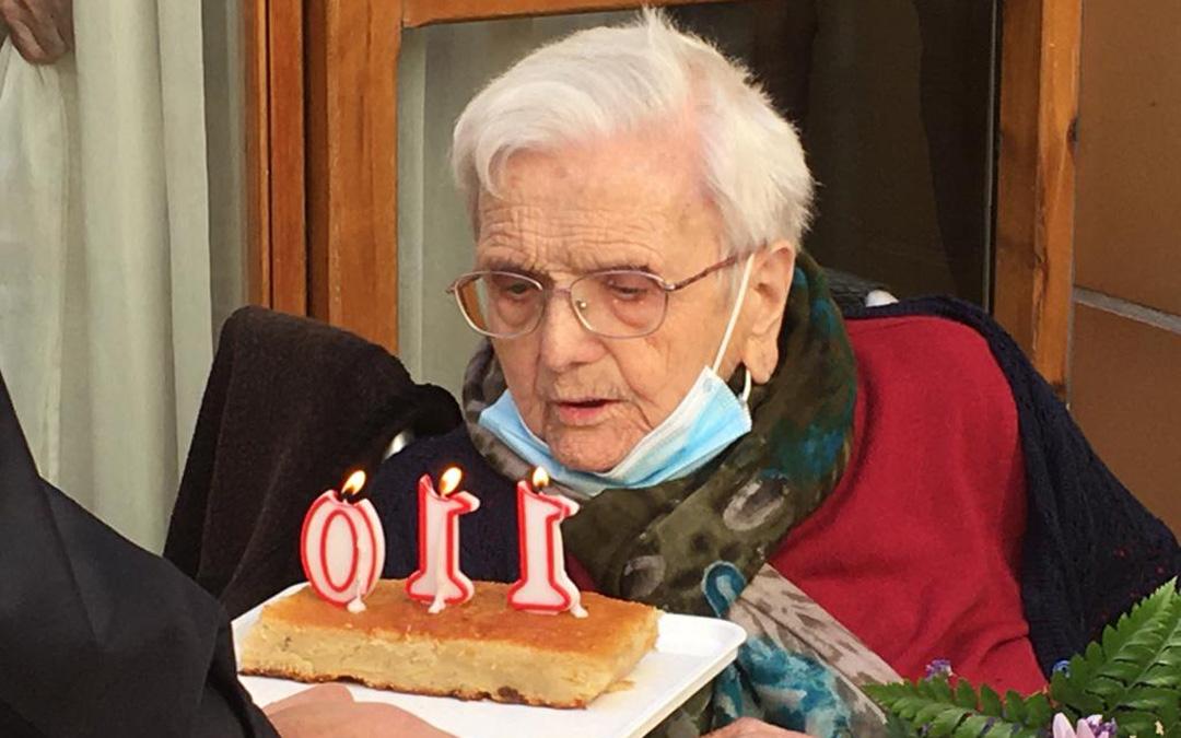 Rosa Marcuello Sancho soplando las 110 velas. Es una de las personas más longevas a todos los niveles geográficos nacionales e internacionales. / Familia Rosa Marcuello