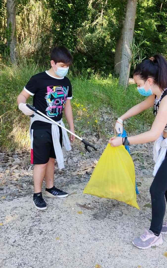 Un momento de la recogida de basura con las pinzas. / Juventud Bajo Martín