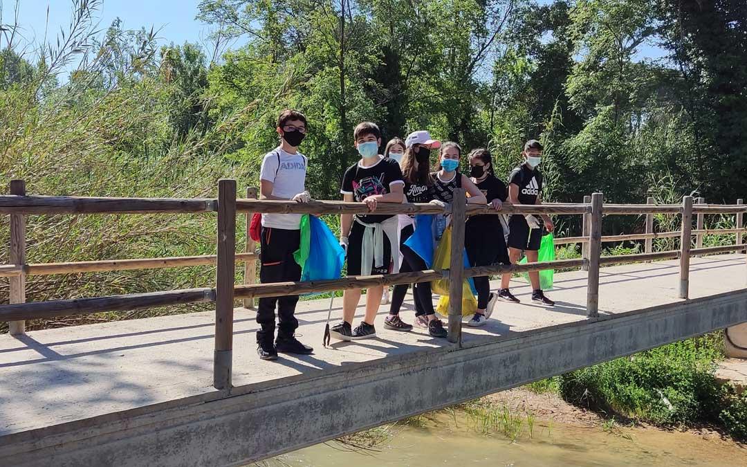 Parte del grupo de jóvenes que participó en la jornada dentro de Dinamov, en uno de los puentes del Martín. / Juventud Bajo Martín