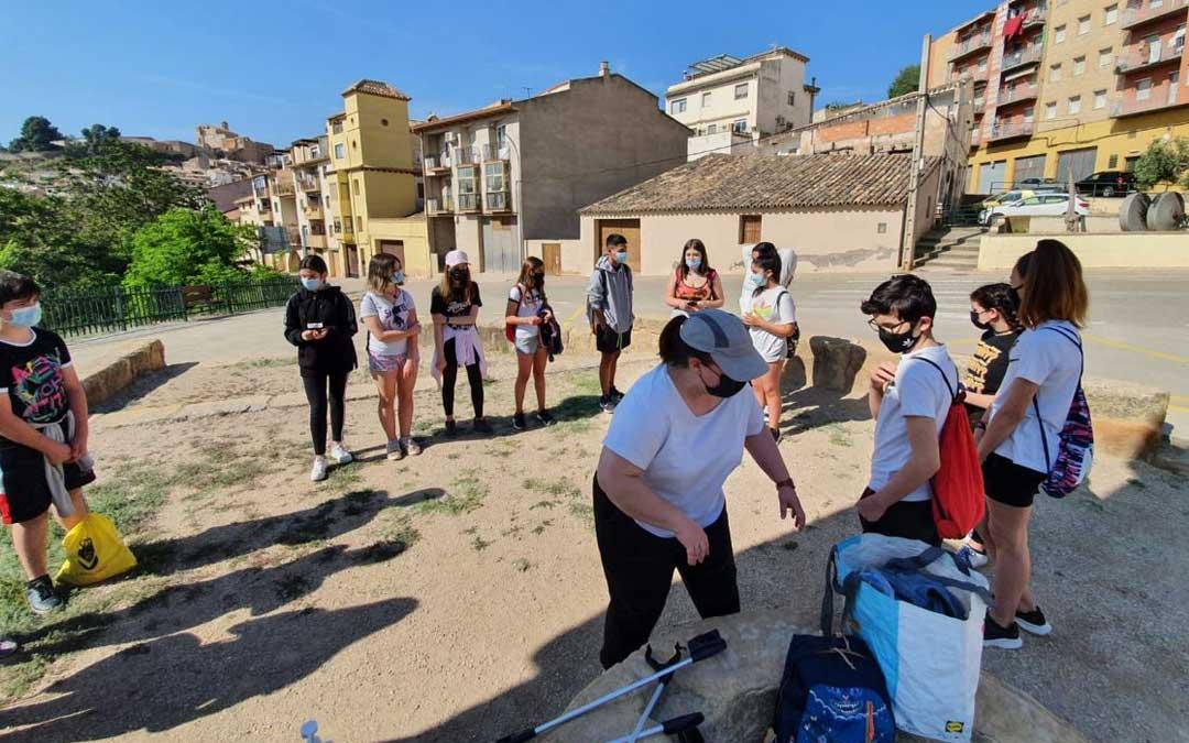 Reparto de material a cargo de la dinamizadora Laura Lasala para iniciar la limpieza. / Juventud Bajo Martín