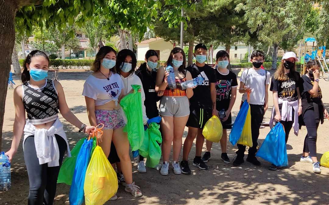 Parte del grupo que salió a limpiar la ribera muestra las bolsas en las que depositaron, sobre todo, colillas. / Juventud Bajo Martín